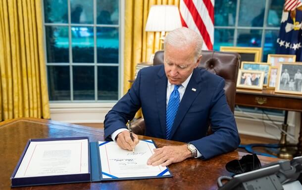 prezident-bayden-podpisal-zakonoproekt-o-vremennom-finansirovanii-pravitelstva